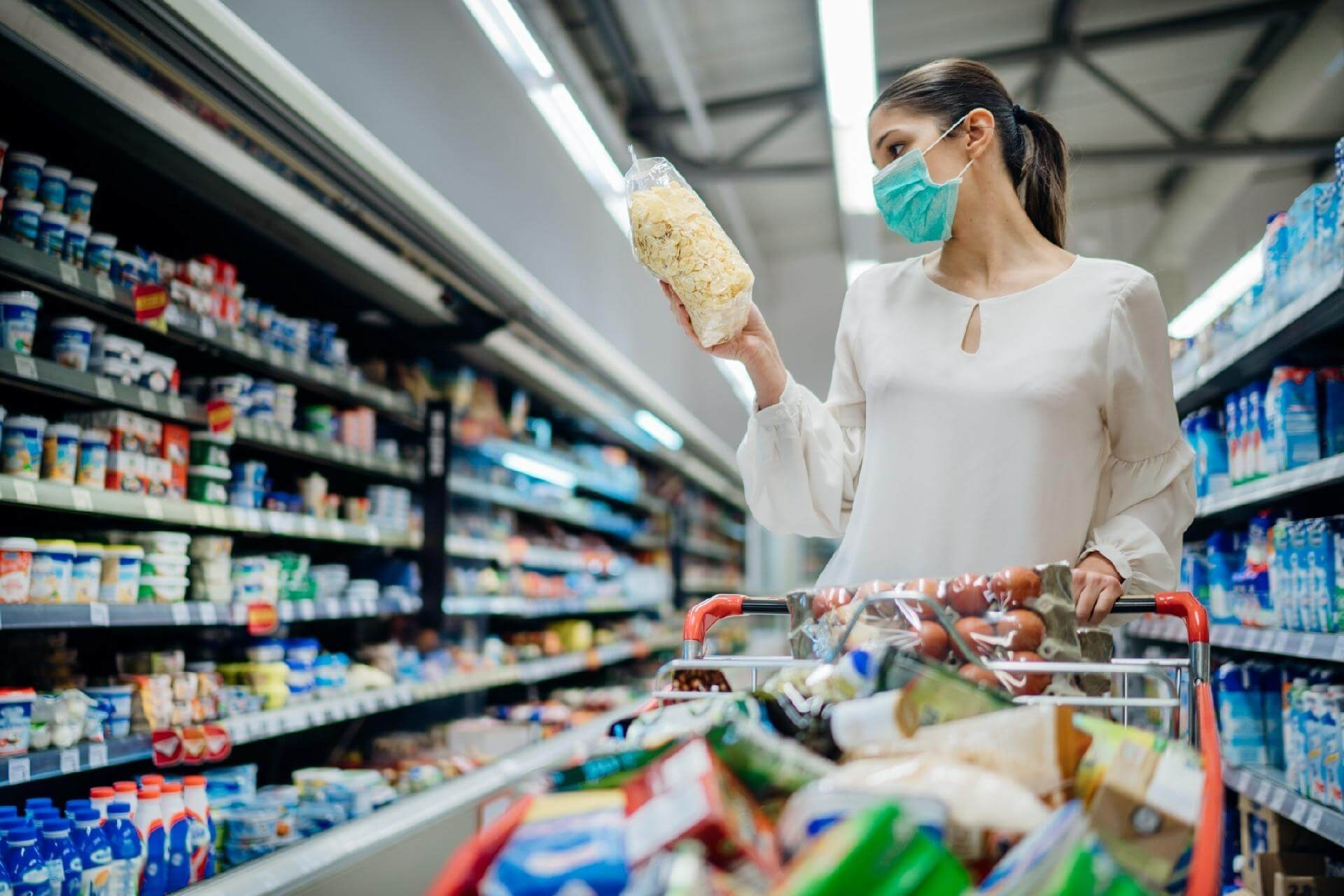mulher ao supermercado